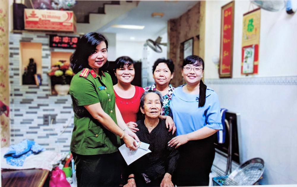 Trung tá Lâm Việt Anh – Phó Đội trưởng Đội Cảnh sát Quản lý hành chính về trật tự xã hội, Công an quận 8, gương điển hình Dân vận khéo cấp thành phố năm 2018.