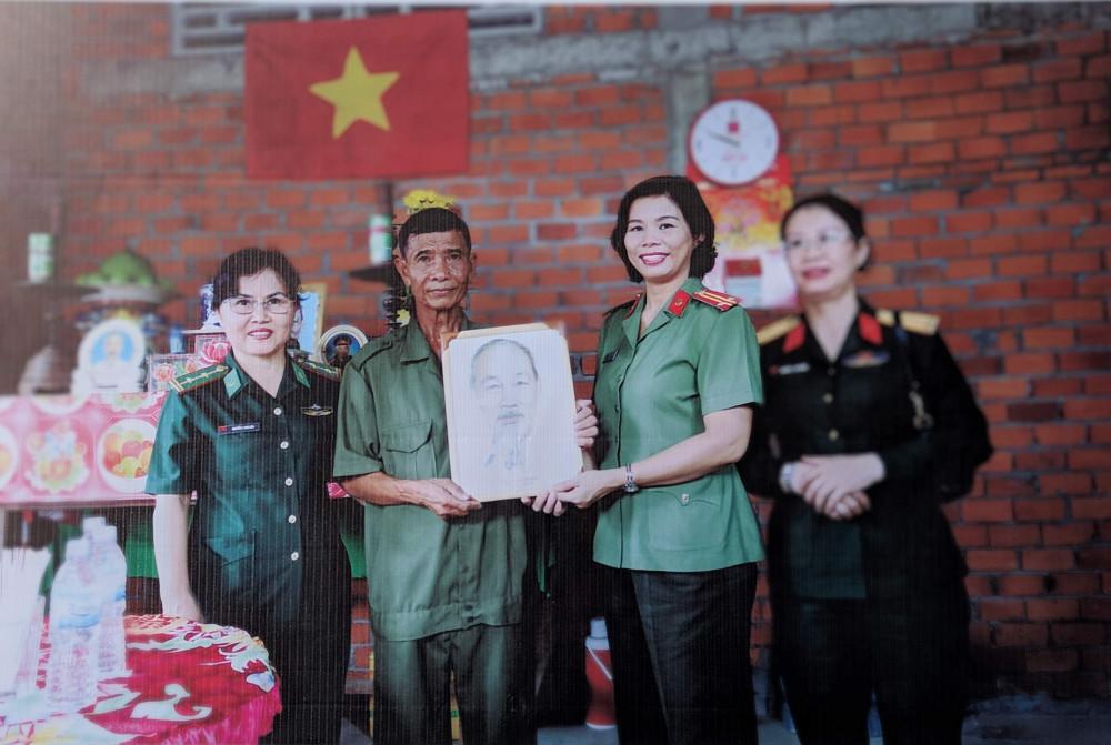 Thượng tá Cao Thị Hồng Tươi – Chủ tịch Hội Liên hiệp Phụ nữ Công an TPHCM, gương điển hình Dân vận khéo cấp thành phố năm 2018.