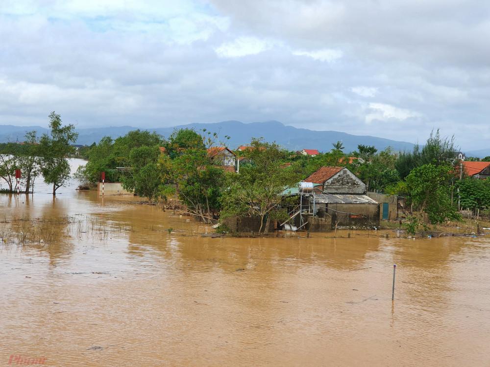 Sau cơn lũ lịch sử, hoàng lưu cơn bão số 9 gây mưa lớn khiến một số vùng của tỉnh Quảng Bình ngập trở lại
