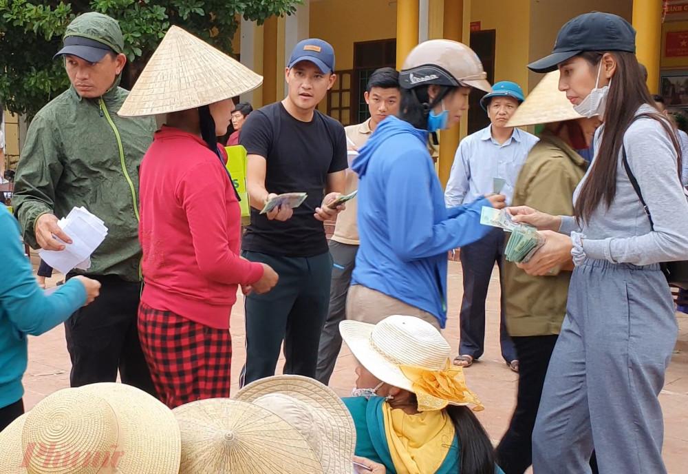 Công Vinh và Thủy Tiên trao tiền hỗ trợ người dân sau cơn lũ lịch sử ở Quảng Bình. Ảnh: Trường Nguyên