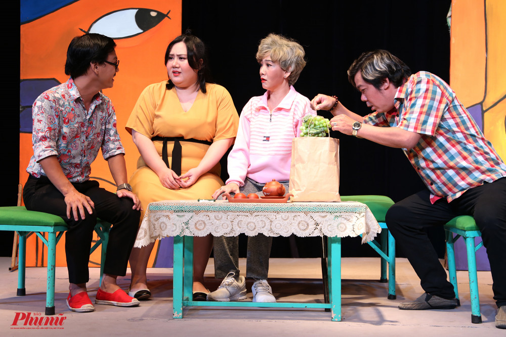 Quốc Thịnh (bìa trái) vào vai chàng rể keo kiệt trong vở kịch cùng tên