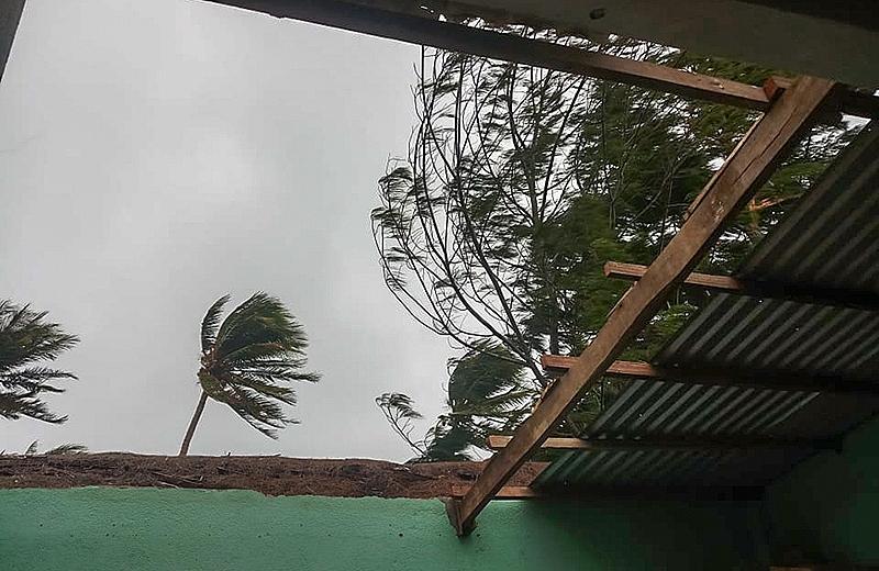 Một mái nhà tốc mái trong cơn bão số 9 ở Lý Sơn - Ảnh: Facebook