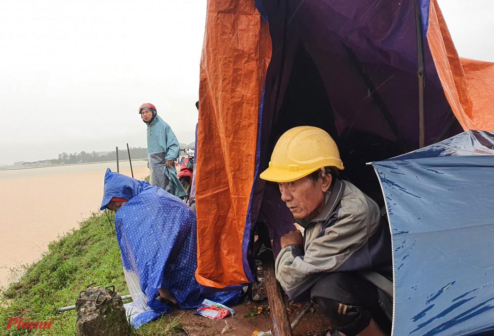 Một số người còn dựng lều tạm bợ để nghỉ ngơi ngay trên đồng