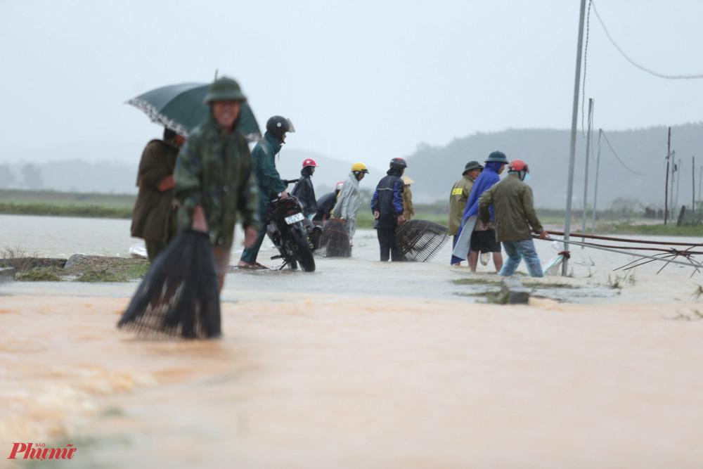 Nhiều người mang theo nơm đứng đợi sẵn phía sau người cất vó chờ cá lớn phóng lên