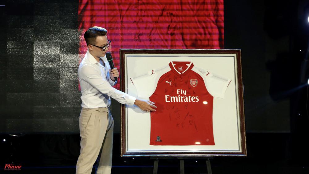 Chiếc áo từ đội tuyển Arsenal cũng được nhà hảo tâm gửi đến để đấu giá. Chiếc áo thuộc về ca sĩ Hoàng Bách với mức đấu giá 1.000USD.