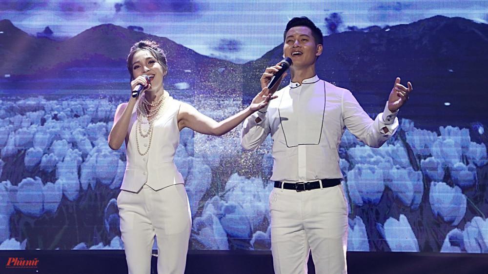 Đức Tuấn và Hiền Thục song ca nhạc phẩm Để gió cuốn đi của cố nhạc sĩ Trịnh Công Sơn.