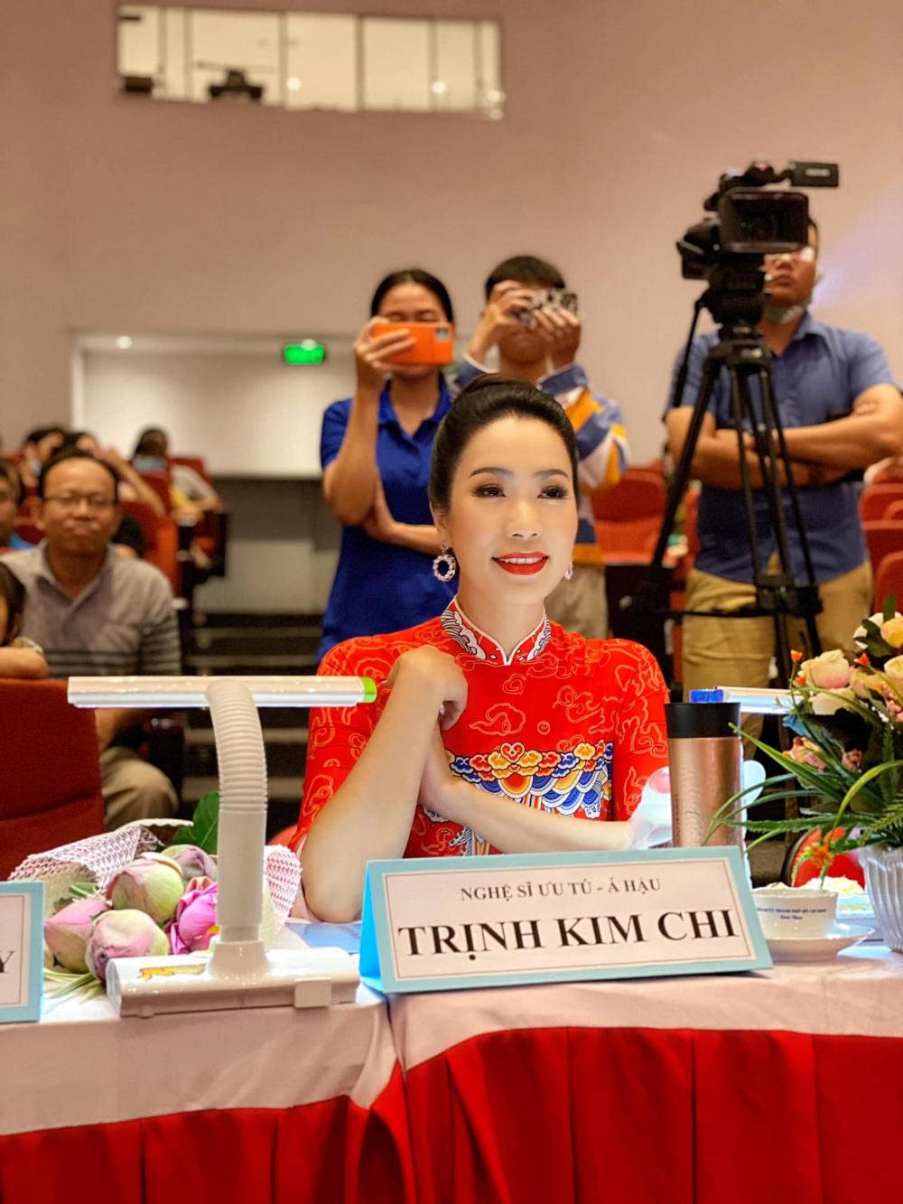 Nghệ sĩ ưu tú- Á hậu Trịnh Kim Chi cũng say sưa với phần trình diễn của các thí sinh.