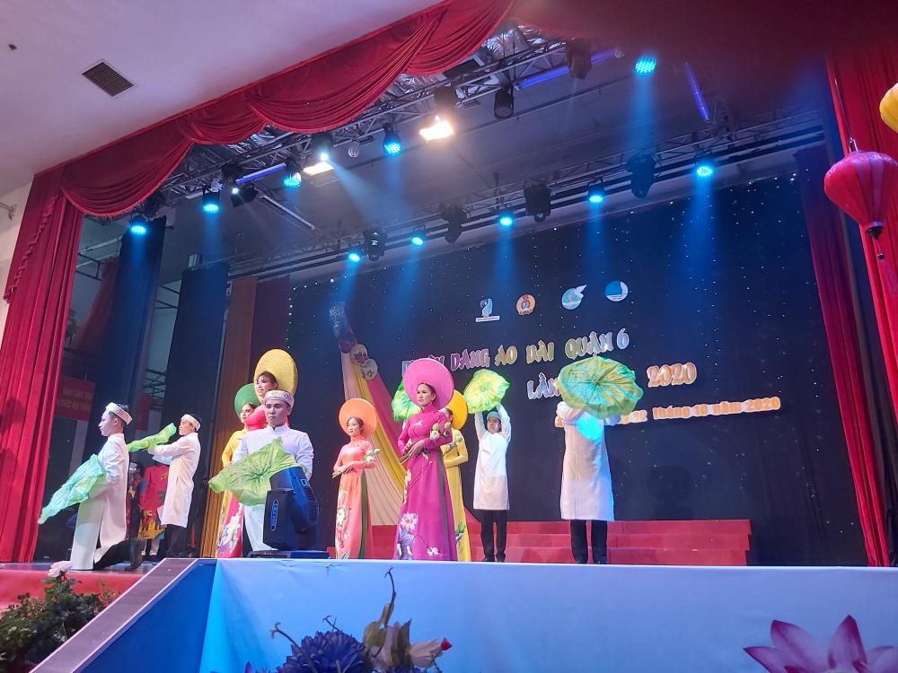 Các thí sinh duyện dáng trong tà áo Việt