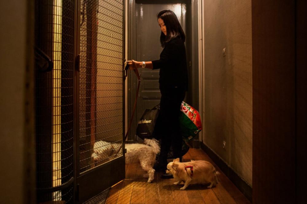 Nhiều phụ nữ như Donna phải gồng gánh đủ loại công việc không tên trong những căn hộ rộng lớn, sang trọng.