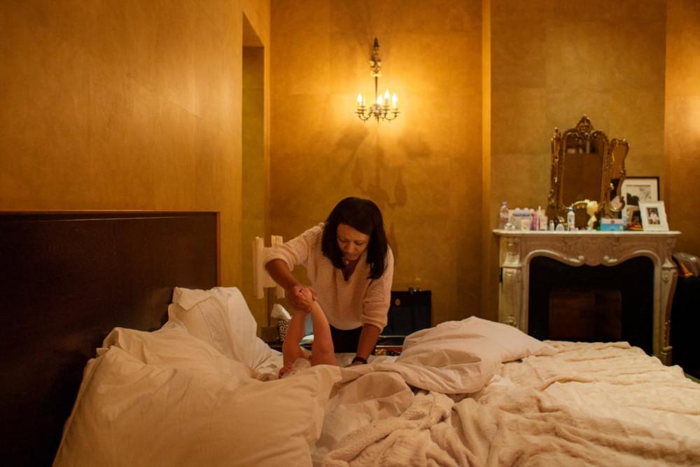 Donna chăm sóc con nhỏ của một người chủ nhà.