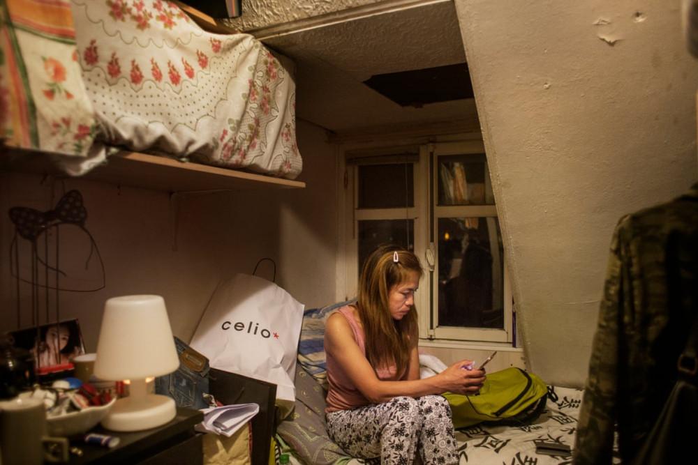 Jhen trong căn phòng ngủ chật chội ở Paris. Cô đã không được gặp gia đình suốt 7 năm, nhưng vẫn cố giữ liên lạc thường xuyên qua điện thoại.