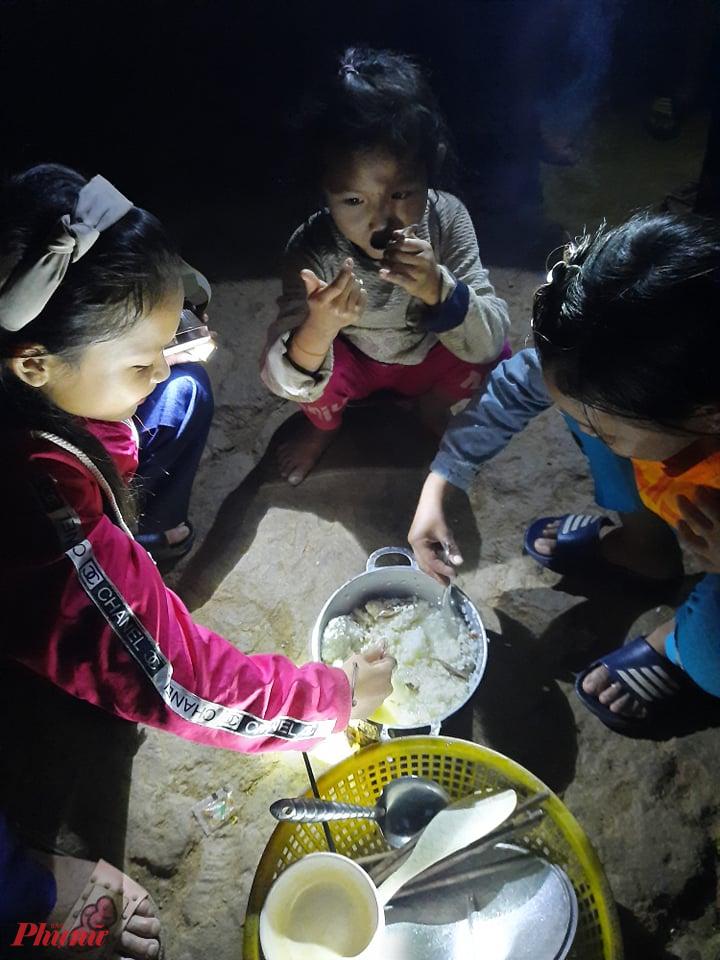 Lương thực, thực phẩm dần cạn. Cảnh nhiều người chung 1 nồi cơm với muối, nước mắm đang dần trở nên phổ biến