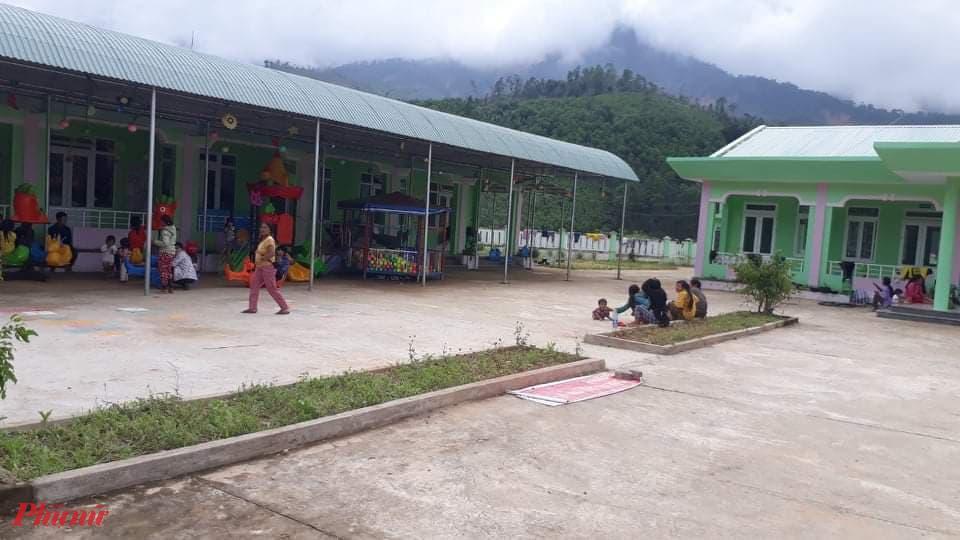 Hơn 100 người bị cuốn trôi mất nhà đang phải tá túc tại một điểm trường mầm non trên địa bàn xã Phước Kim