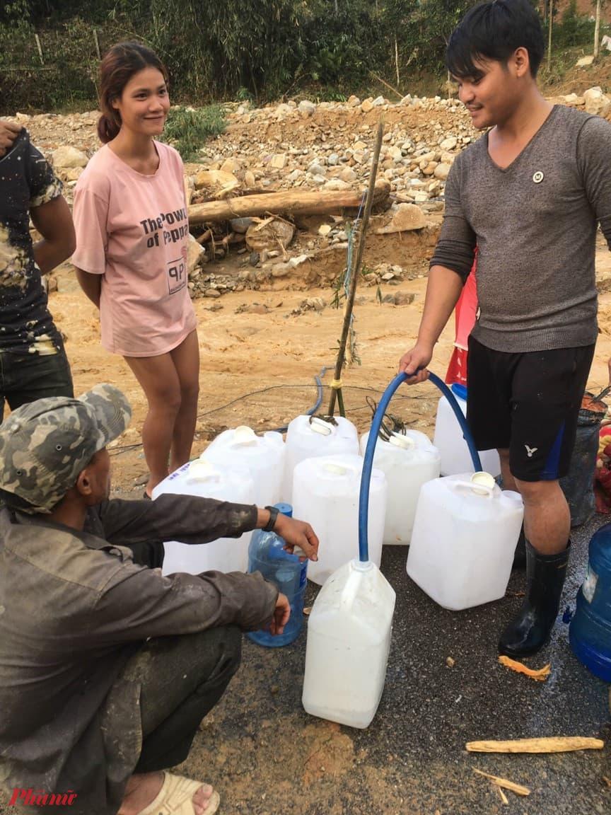 Nước sinh hoạt đang thiếu nghiêm trọng do nước lũ vây tứ phía, những con suối cũng đã bị làm ô nhiễm