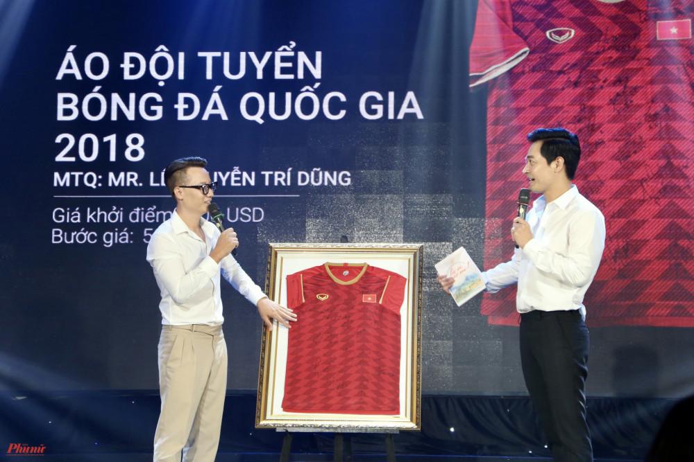 Ca sĩ Hoàng Bách và MC Phan Anh trong phần đấu giá chiếc áo đội tuyển bóng đá quốc gia năm 2018.