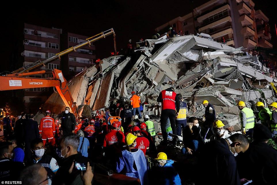 Người dân địa phương và các quan chức tìm kiếm những người sống sót tại một tòa nhà bị sập sau trận động đất mạnh xảy ra ở Biển Aegean vào thứ Sáu và được cảm nhận ở cả Hy Lạp và Thổ Nhĩ Kỳ
