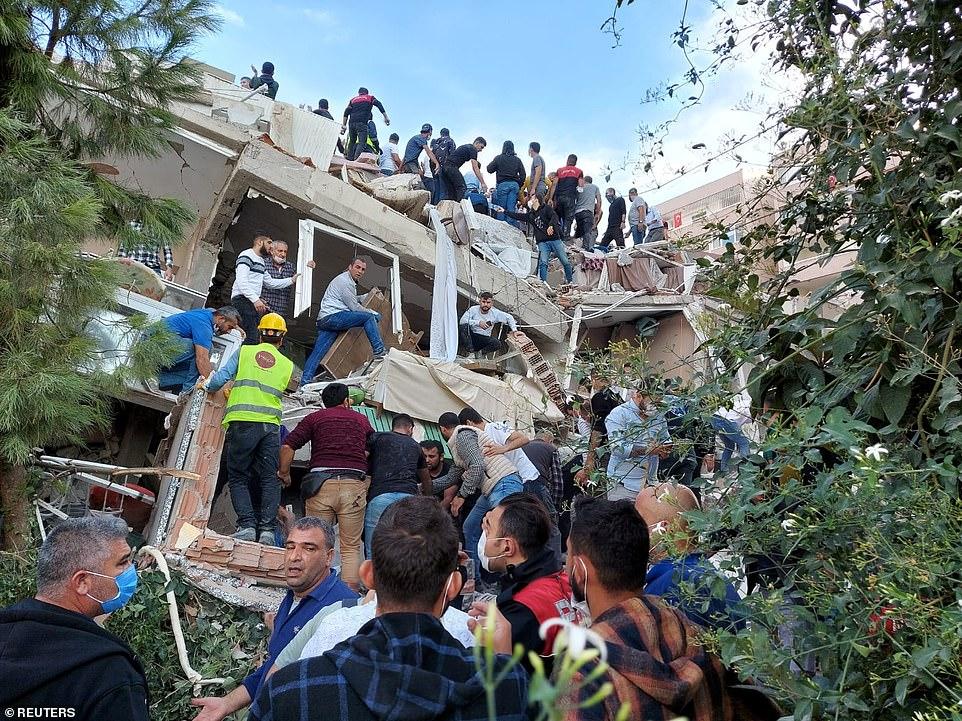 Trận sóng thần nhỏ cũng đến Samos, nơi người dân trên đảo được yêu cầu tránh ra bờ biển sau khi một số bỏ nhà đi vì trận động đất, cũng có thể cảm nhận được ở Athens và các vùng lân cận Albania, Bắc Macedonia và Bulgaria. Theo cơ quan thiên tai của Thổ Nhĩ Kỳ, ít nhất 244 cơn dư chấn đã được ghi nhận, với 24 cơn dư chấn mạnh hơn 4 độ Richter.