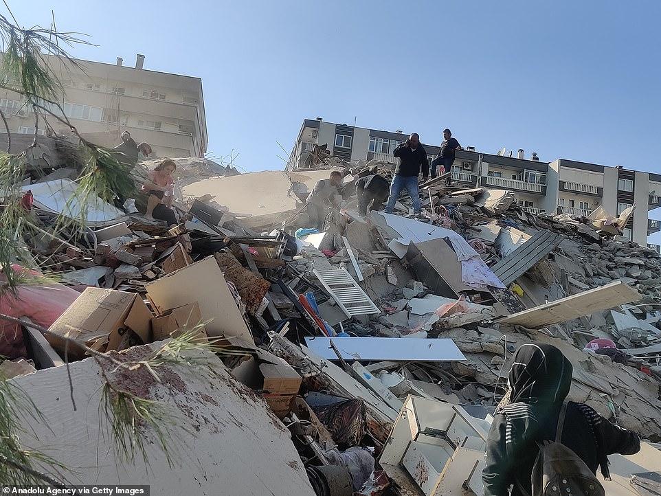 Đây là khoảnh khắc kinh hoàng một tòa nhà sụp đổ ở Thổ Nhĩ Kỳ khi trận động đất thảm khốc 7,0 độ richter khiến người dân phải rời bỏ nhà cửa trên các hòn đảo của Hy Lạp - khiến 21 người chết và 725 người bị thương.  Không khí đầy bụi khi tòa nhà bảy tầng sụp đổ trong giây lát và một số người có thể được nhìn thấy đang cố gắng bảo vệ mình.