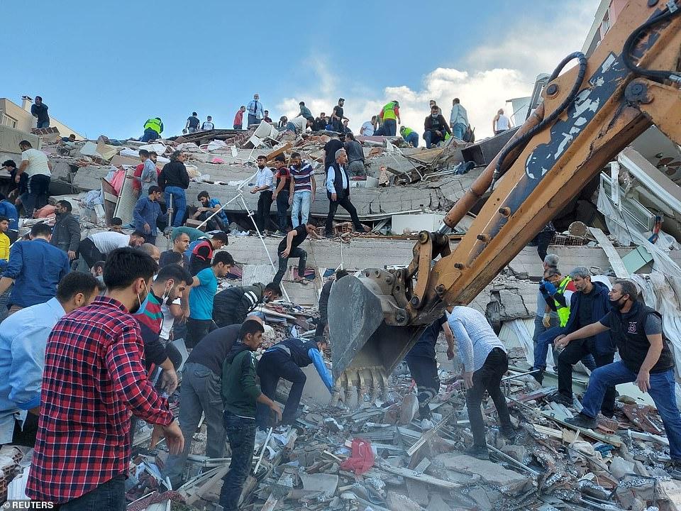 Khi tòa nhà sụp đổ tạo ra âm thanh ầm ầm, tiếng kêu của một số người có thể nghe thấy ở phía sau.    Thổ Nhĩ Kỳ và  Hy Lạp hôm nay bị vùi dập bởi trận động đất 7,0 độ richter khiến ít nhất 14 người thiệt mạng, san phẳng các tòa nhà và gây ra một trận sóng thần nhỏ làm ngập lụt các đường phố trong cảnh tượng kinh hoàng ở bờ biển Thổ Nhĩ Kỳ.  Các mảnh vỡ đang chạy xuống các đường phố Thổ Nhĩ Kỳ sau khi nước biển dâng cao gần Izmir, nơi ít nhất mười bảy tòa nhà bị phá hủy và cảnh quay cho thấy những người trèo qua đống đổ nát của các khối nhà nhiều tầng bị sập.