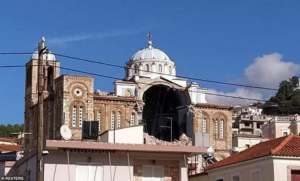 Một nhà thờ Chính thống giáo Hy Lạp đã bị hư hại ở thị trấn Karlovasi sau khi đảo Samos bị ảnh hưởng bởi trận động đất hôm nay