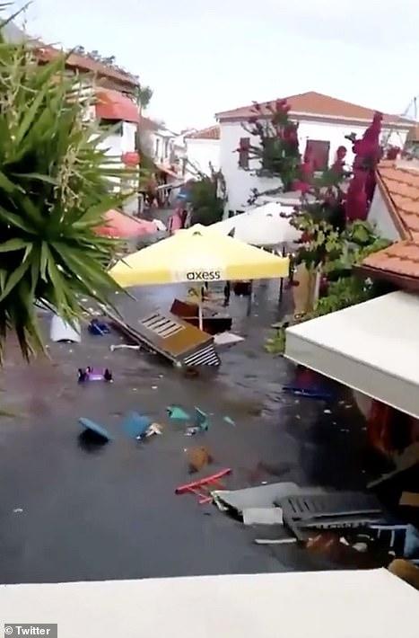 gập lụt trên đảo Samos của Hy Lạp, nơi nước biển bao phủ một hình vuông sau khi nước biển dâng do chấn động
