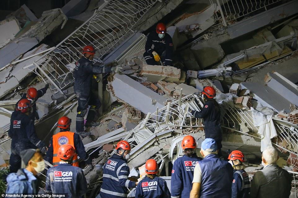 Một tòa nhà bị phá hủy ở Izmir, Thổ Nhĩ Kỳ, sau trận động đất 7,0 độ Richter ở Aegean hôm nay khiến ít nhất 21 người thiệt mạng và 725 người khác bị thương ở Thổ Nhĩ Kỳ, trong khi ít nhất 4 người ở Hy Lạp bị thương.
