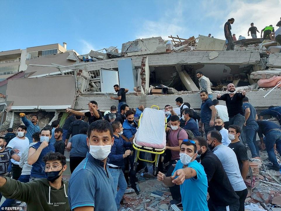 Tòa nhà Moment sụp đổ ở Thổ Nhĩ Kỳ khi sóng thần nhỏ quét vào các khu nghỉ dưỡng sau trận động đất mạnh 7,0 độ richter khiến người dân phải rời bỏ nhà cửa trên các hòn đảo của Hy Lạp - khiến 21 người chết và 725 người bị thương