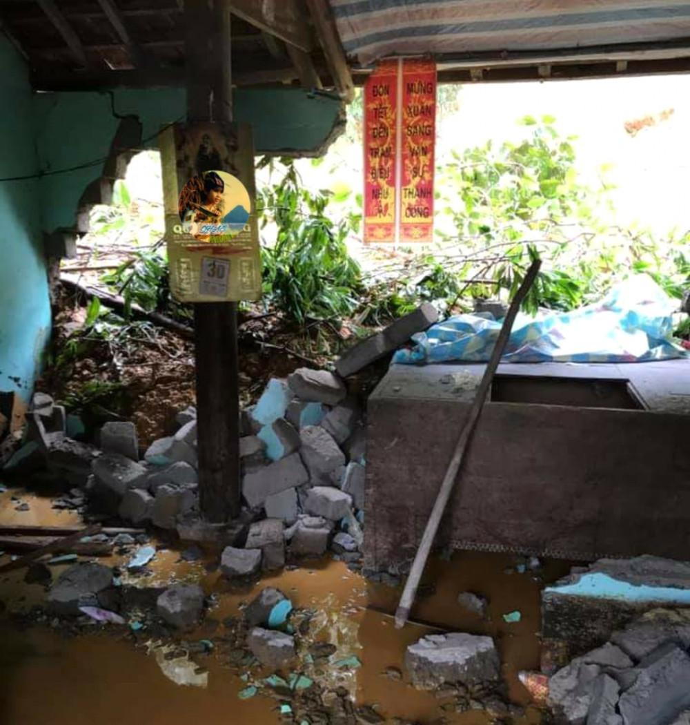 Sạt lở đất làm sập một phần nhà bà Trung
