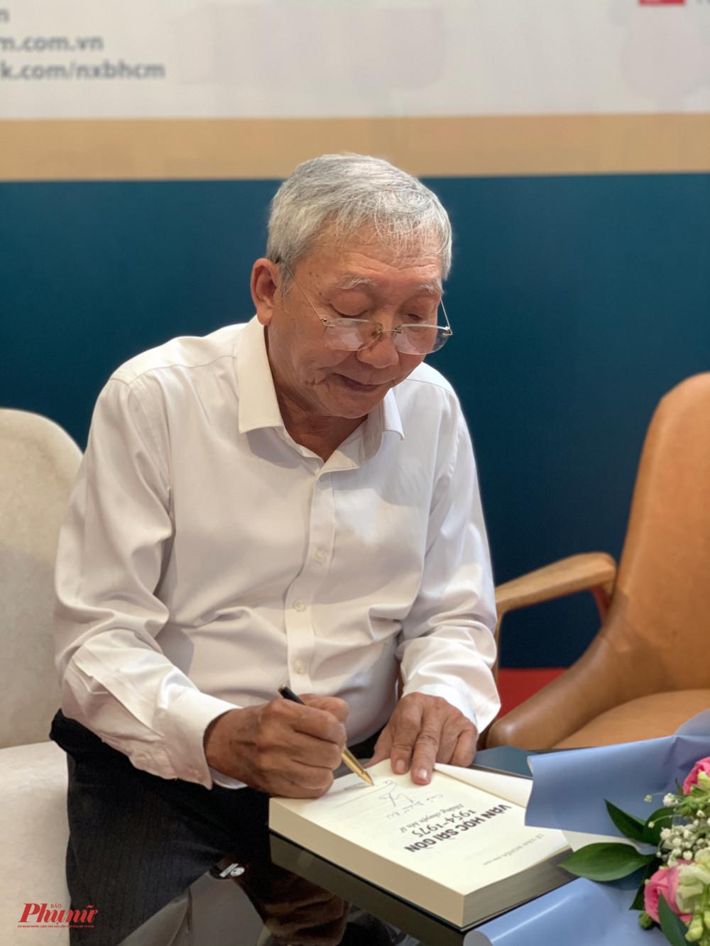 Nhà văn Lê Văn Nghĩa ký tặng sách cho độc giả vào chiều 31/10 tại Đường Sách TPHCM.