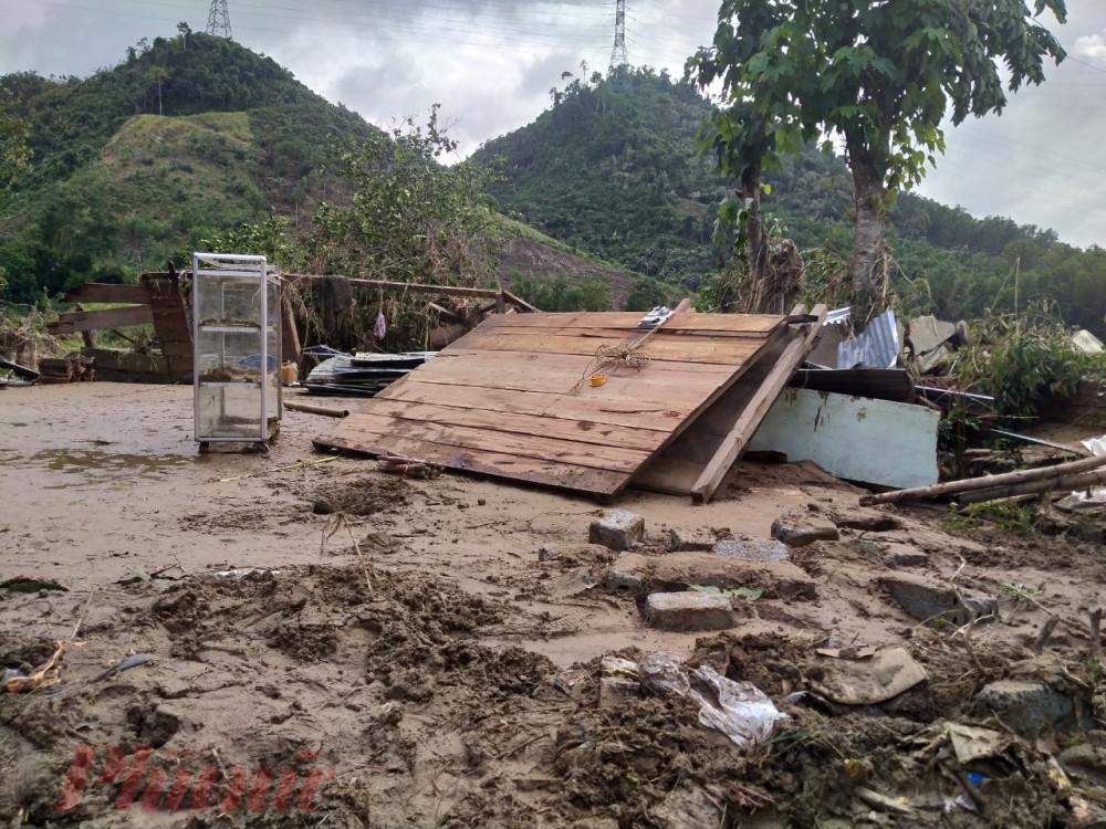 Một ngôi nhà của người dân bị lũ thủy điện cuốn phăng - Ảnh: D.X