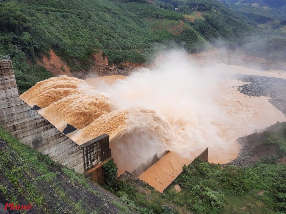 Thủy điện Đăk Mi 4 xả lũ với lưu lượng quá lớn ngay khi bão số 9 chưa dứt khiến người dân phía sau đập bị thiệt hại nặng - Ảnh: Nguyễn Dương