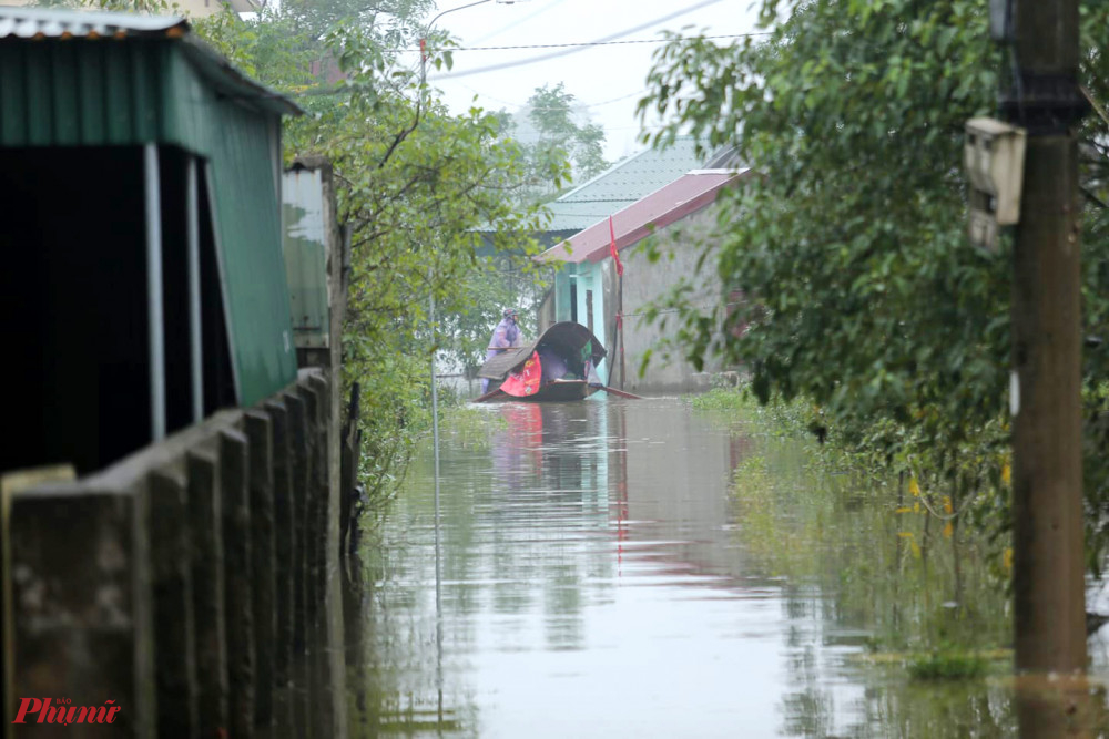 Nhiều nhà dân vùng ngoài đê sông Lam đã ngập sâu hơn 1m