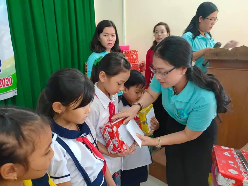 Chị Trần Thị Ngọc Hân - Thủ tịch Hội LHPn H. Cần Giờ trao học bổng cho trẻ em miền biên giới.