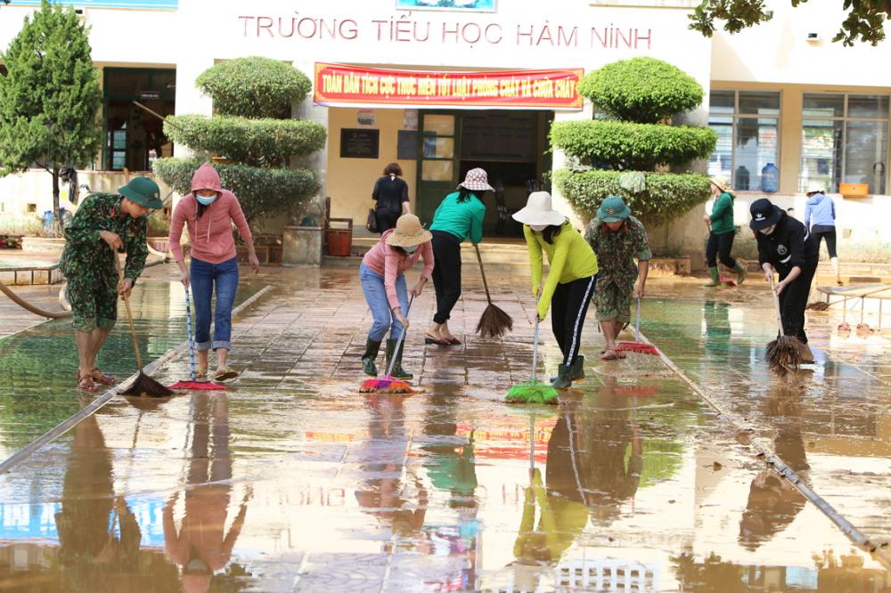 Lũ đã rút nhiều ngày nhưng Trường tiểu học Hàm Ninh, H.Quảng Ninh, tỉnh Quảng Bình vẫn còn ngổn ngang - Ảnh: Thuận Hóa