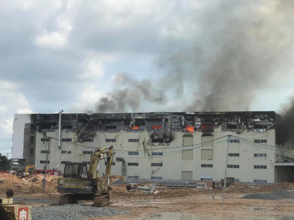 Ngọn lửa bùng phát trên tầng 4 của nhà xưởng
