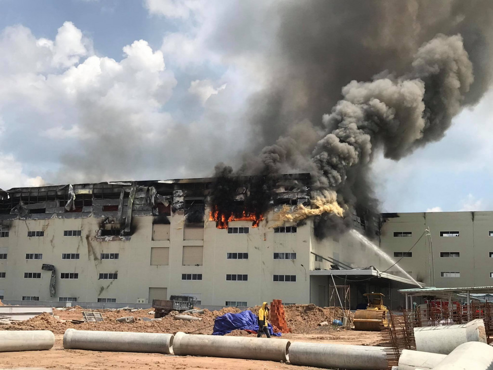 Nhà xưởng rộng khoảng 5.000m2 đang chìm trong biển lửa