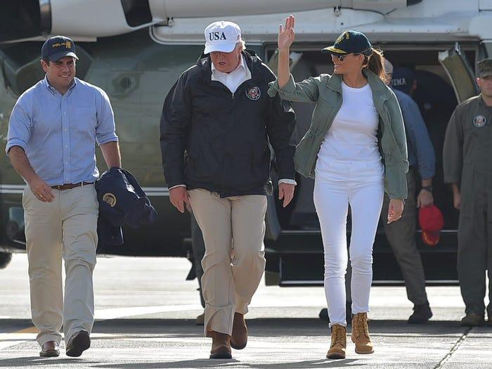 Mặc dù sở hữu không ít hàng hiệu nhưng hưng Đệ nhất phu nhân Melania Trump vẫn thường xuyên chọn trang phục bình dân để xuất hiện trước đám đông. Năm 2017, bà tới Puerto Rico gặp gỡ các nạn nhân sau trận bão Maria với diện mạo giản dị