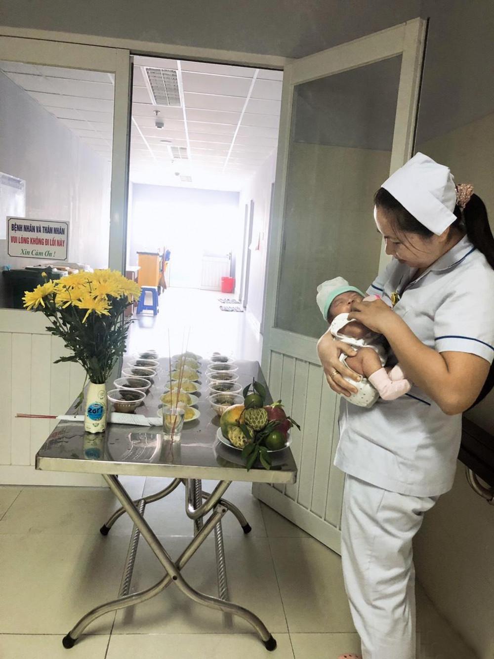 Không chỉ luân phiên trực ca, các nữ hộ sinh, bác sĩ, điều dưỡng còn luân phiên chăm đứa con chung, mỗi khi bệnh viện có một em bé bị bỏ lại
