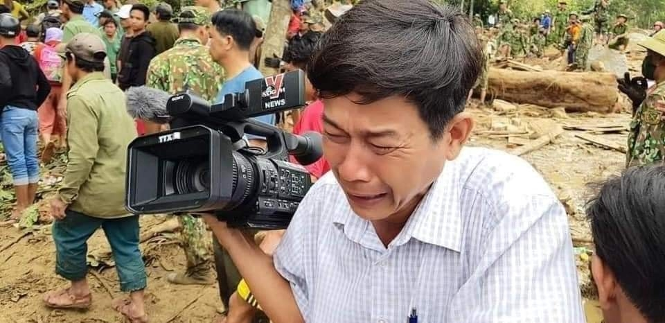 Nước mắt của phóng viên đã rơi xuống khóc cùng đồng bào mình. Ảnh: Internet