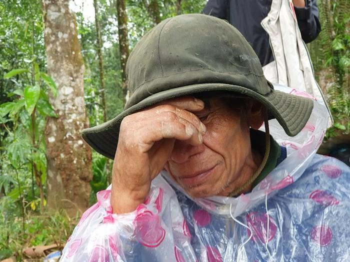 Nước mắt chan chứa trên khuôn mặt già nua tuyệt vọng của người đàn ông trên Nóc Ông Đề những ngày đau thương Trà Leng. Ảnh: Internet