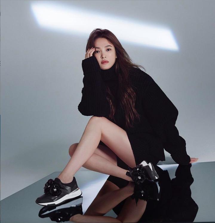 Cũng với chất liệu len, nữ diễn viên mang đến vẻ ngoài trẻ trung, gợi cảm với đầm ngắn trên gối, phối cùng giày thể thao đồng điệu màu sắc.