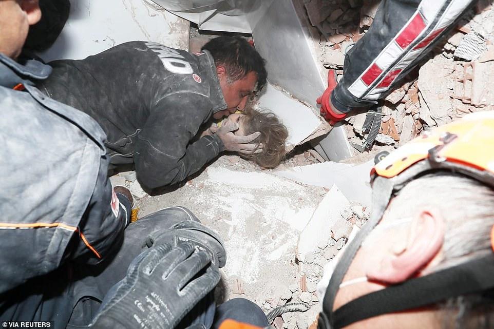 Nhân viên cứu hộ nghe thấy tiếng kêu cứu của Ayda Gezgin từ dưới đống đổ nát và sau vài giờ nỗ lực họ đã giải cứu được Ayda - Ảnh: Reuters/Getty Images