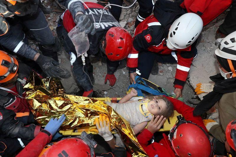 Lực lượng tìm kiếm cứu hộ đã đưa bé Ayda Gezgin lên từ đống đổ nát của tòa nhà bị sập do trận động đất ngày 30/10 - Ảnh: Reuters
