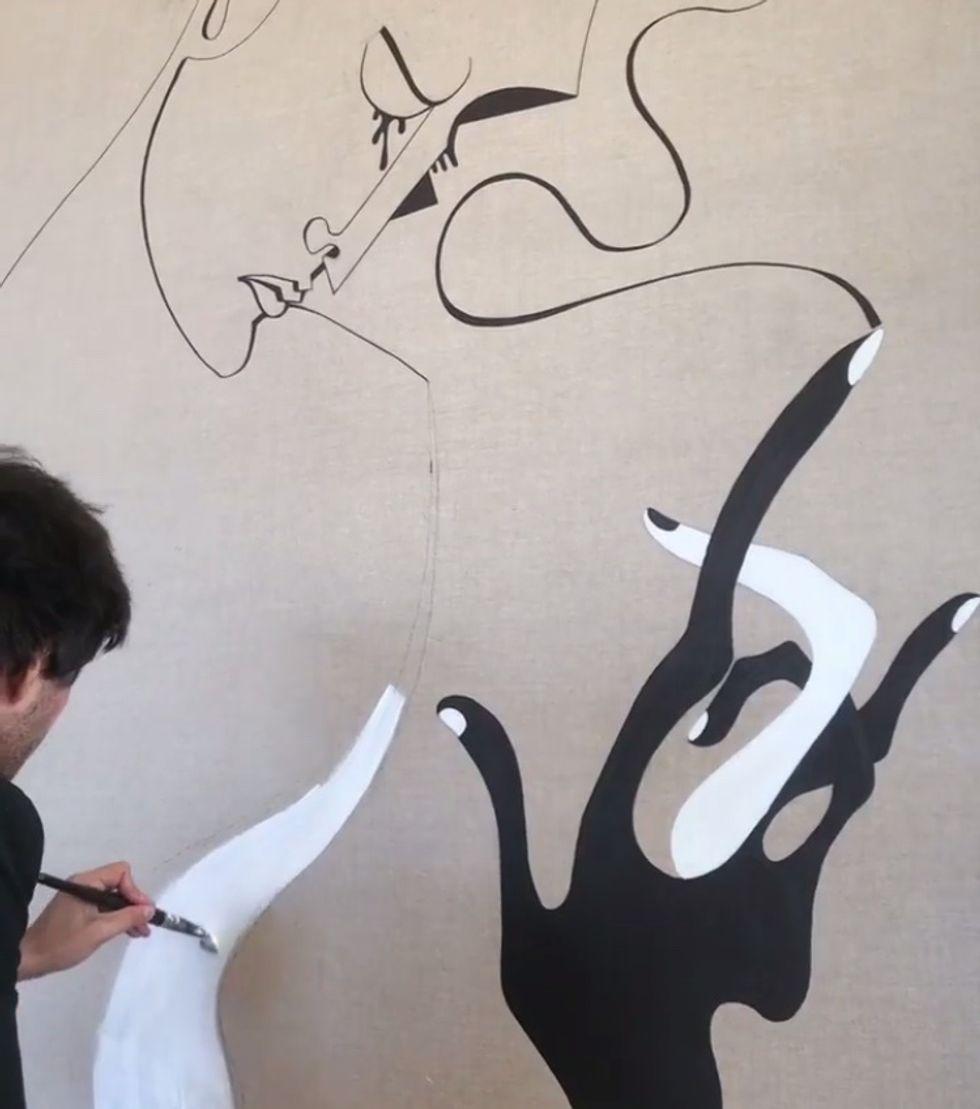 Brocca hoàn thiện một tác phẩm tranh tường ngẫu hứng. (Ảnh: Paper)