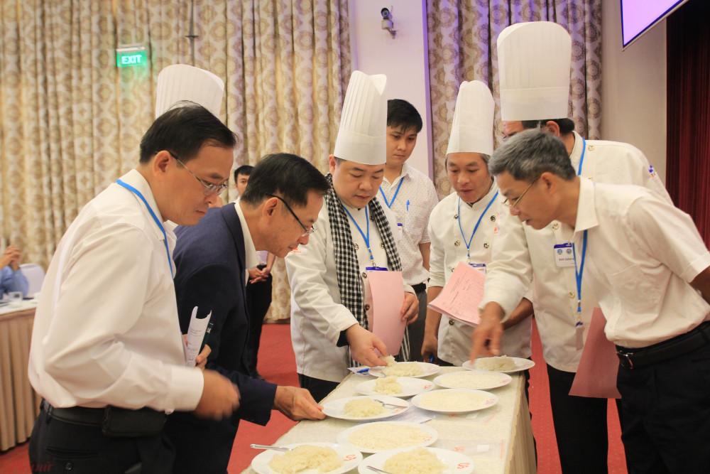 Hội đồng BGK cuộc thi Gạo ngon Việt Nam lần thứ hai năm 2020. Ảnh: Quốc Thái