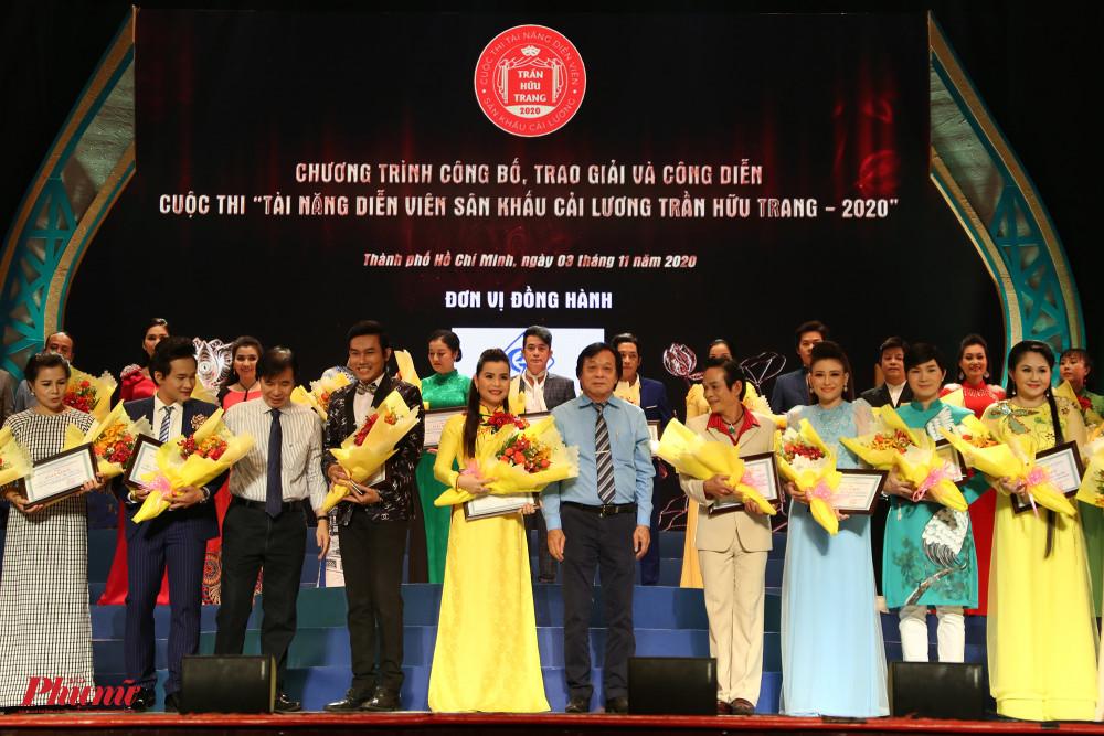 Các nghệ sĩ lọt vào vòng chung kết nhận giấy khen và hoa từ BTC cuộc thi.