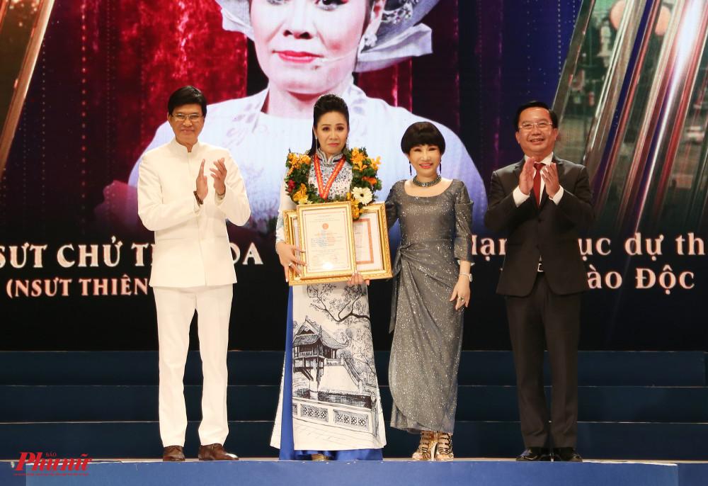 Nghệ sĩ Thiên Hoa nhận HCV