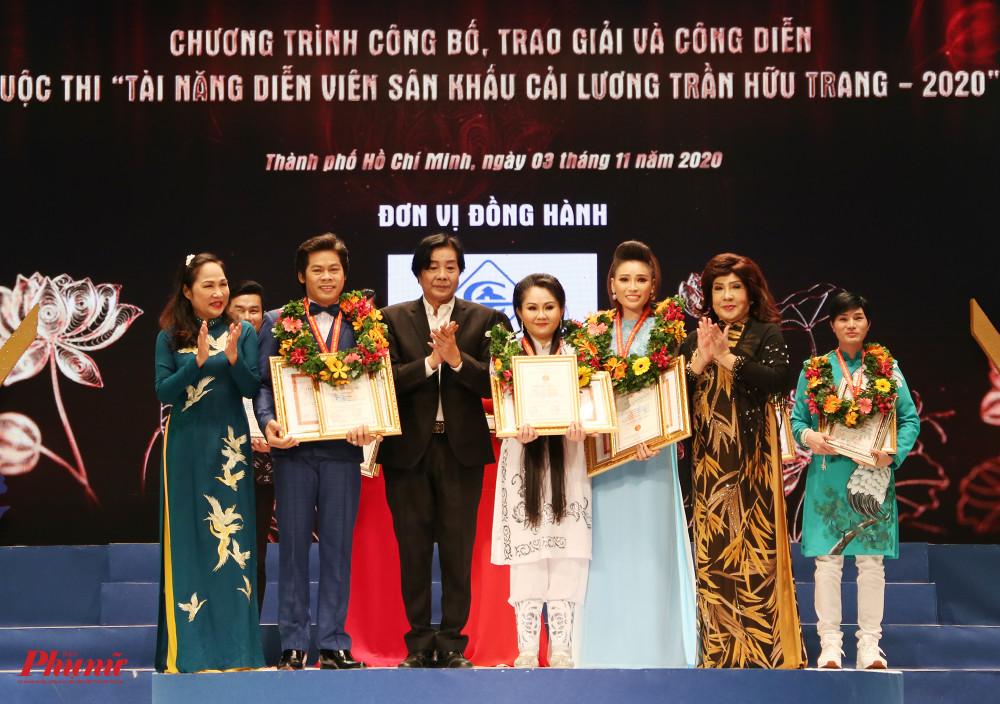 Võ Thành Phê (thứ hai từ trái sang), Lê Thanh Thảo (thứ tư từ trái sang) và