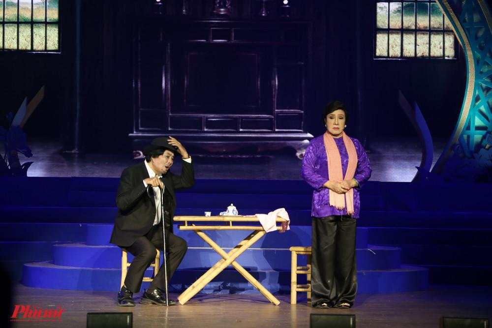NSND Lệ Thuỷ và NSND Trọng Hữu thể hiện trích đoạn trong vở Tô Ánh Nguyệt, một trong những vở diễn kinh điển của cố soạn giả Trần Hữu Trang, như một sự tưởng nhớ đến ông.