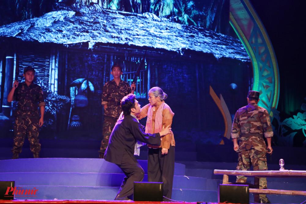 Nghệ sĩ Kim Phụng thể hiện lại vai má Sáu trong trích đoạn Một thời để nhớ